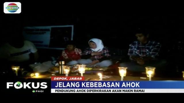 Jelang kebebasan Basuki Tjahaja Purnama, sejumlah pendukung Ahok datangi Mako Brimob Depok sejak Rabu (23/1) sore.