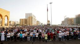 Umat muslim melaksanakan salat Idul Fitri di luar Masjid Mohammad al-Amin, Beirut, Lebanon, Selasa (4/6/2019). Selain Lebanon, sejumlah negara juga merayakan Hari Raya Idul Fitri hari ini. (ANWAR AMRO/AA/AFP)