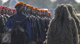 Pasukan berbaris bersiap mengikuti upacara peringatan Hari Ulang Tahun (HUT) ke-71 di Taxi Way Skuadron Udara Bandara Halim Perdanakusuma, Jakarta, Minggu (9/4). (Liputan6.com/Faizal Fanani)