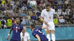 Striker andalan Swiss, Haris Seferovic, membawa timnya mencetak gol lebih dulu usai memanfaatkan umpan Steven Zuber. (Foto: AP/Pool/Vadim Ghirda)