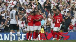Para pemain Inggris merayakan gol Marcus Rashford saat melawan Kosta Rika pada laga uji coba di Elland Road Stdium, Leeds, Inggris, (7/6/2018). Inggris menang 2-0.  (AP/Scott Heppell)