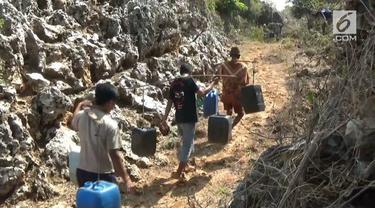 Akibat kemarau panjang, beberapa desa di kabupaten Tuban, Jawa Timur, mengalami kekeringan dan krisis air bersih, untuk mendapatkan air bersih.