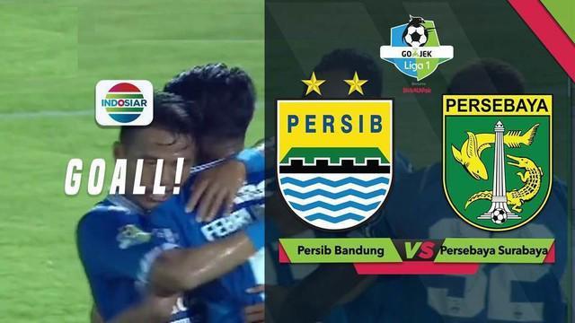 Febri Hariyadi mencetak gol melalui sundulan saat Persib Bandung menghadapi Persebaya Surabaya dalam lanjutan Gojek Liga 1 2018 bersama Bukalapak di Stadion Kapten I Wayan Dipta, Sabtu (20/10/2018).