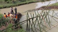 Warga bersama dengan BPBD, relawan, TNI dan Polri memperbaiki tanggul yang jebol di Sugihwaras, Kebumen. (Foto: Liputan6.com/BPBD Kebumen/Muhamad Ridlo)