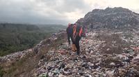 Tim SAR sejak siang hingga sore mencari tubuh korban yang tertimbun longsoran sampah di TPA Supit Urang Kota Malang (Liputan6.com/Zainul Arifin)