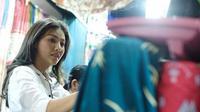 Sarwendah saat berbelanja di Yogyakarta, menyempatkan mampir ke pasar Beringharjo (Instagram/@sarwendah29)
