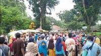 Ratusan Pedagang Dan Pengelola Pantai Carita Demonstrasi Menolak Penutupan Lokasi Wisata Oleh Gubernur Banten, Wahidin Halim. (Minggu, 16/05/2021). (Liputan6.com/Yandhi Deslatama).