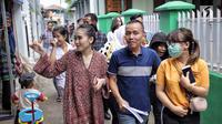 Penyanyi dangdut Ayu Ting Ting bersama sang ayah, Abdul Rozak dan adiknya, Assyifa Nuraini berjalan menuju TPS 5 untuk menggunakan hak pilih mereka pada pelaksanaan Pilkada Serentak 2018 Sukma Jaya, Depok, Rabu (27/6). (Liputan6.com/Faizal Fanani)