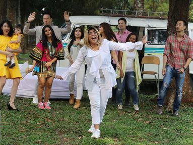 Penyanyi Regina Ivanova saat pembuatan video klip singel kedua di kawasan Cibubur, Jakarta, Kamis (14/7). Video klip singel kedua Regina yang berjudul 'Dibawa Happy Aja' melibatkan beberapa artis. (Liputan6.com/Herman Zakharia)