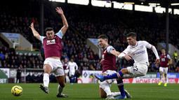 Gelandang Chelsea, Christian Pulisic, berusaha melepaskan tendangan ke gawang Burnley pada laga Premier League di Stadion Turf Moor, Burnley, Sabtu (26/10). Burnley kalah 2-4 dari Chelsea. (AP/Anthony Devlin)