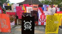 Bendera aneka warna dan gambar dari berbagai bahan dipasang di halaman gedung Dewan Kesenian Malang. Ini jadi pandangan para seniman di Kota Malang tentang makna kemerdekaan (Liputan6.com/Zainul Arifin)