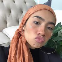 Simak sejumlah inspirasi gaya hijab praktis dan seru yang bisa dicontek selama WFH di rumah. (Foto: Instagram/ Yuna)