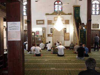 Umat Islam berdoa dengan menjaga jarak di Masjid Murat Pasha di Skopje, Macedonia Utara, Selasa (12/5/2020). Komunitas Agama Islam (IRC) di Macedonia Utara membuka kembali masjid-masjid, meskipun otoritas setempat meminta mempertimbangkan kembali keputusan itu terkait COVID-19. (AP/Boris Grdanoski)