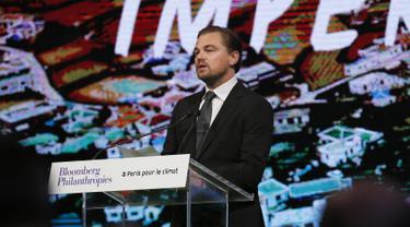 Aktor AS, Leonardo DiCaprio memberikan pidato saat pertemuan walikota dalam Konferensi Dunia Perubahan Iklim 2015 (COP21) di Paris, Prancis, 4 Desember 2015. (PATRICK KOVARIK/AFP)