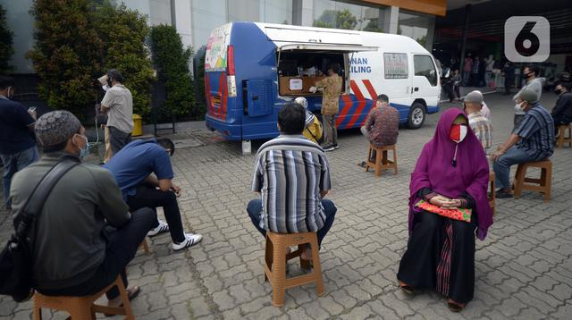 Warga antre mengurus SIM di Pelayanan SIM Keliling, Tangerang Selatan, Banten, Jumat (7/8/2020). Ditlantas Polda Metro Jaya memberi dispensasi bagi pemilik SIM yang masa berlakunya habis di masa pandemi COVID-19 bisa memperpanjang sampai akhir Agustus 2020. (merdeka.com/Dwi Narwoko)