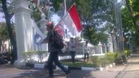 Selama perjalanan relawan Jokowi, Giman, istirahat di pos polisi dan pinggir jalan.