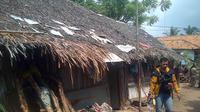 20 orang tinggal dalam satu rumah sederhana di Banten. (Liputan6.com/Yandhie Deslatama)