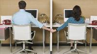 Cinta lokasi tak hanya berlaku bagi para artis, pekerja kantoran pun bisa terlibat cinta lokasi. Lalu bagaimana cara mengatasinya?