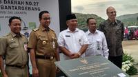 Gubernur DKI Jakarta Anies Baswedan meresmikan tempat pencucian truk sampah di TPST Bantargebang. (Liputan6.com/ Ika Defianti)
