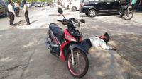 Pria tergeletak di pinggir jalan dievakuasi pakai protokol Covid-19 dan dinyatakan meninggal dunia. (Liputan6.com/M Syukur)