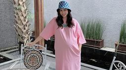Gaya Momo Geisha saat memakai bucket hat ini pun bisa dijadikan inspirasi terutama untuk berjalan-jalan atau hangout bersama teman. Bahkan, bucket hat yang dipakai oleh Momo ini pun cocok dijadikan pelengkap saat menjalani pemotretan. (Liputan6.com/IG/@therealmomogeisha)