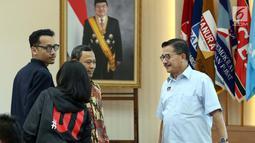 Komisioner KPU, Pramono Ubaid Tanthowi (kiri) jelang memimpin rapat evaluasi debat Cawapres di Gedung KPU, Jakarta, Selasa (19/3). Rapat juga membahas persiapan pelaksanaan debat pilpres keempat dan kelima. (Liputan6.com/Helmi Fithriansyah)