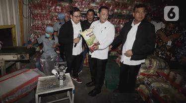 Kabareskrim Polri Komjen Pol Listyo Sigit Prabowo (kedua kiri) meninjau ketersediaan beras di gudang PT Food Station Tjipinang Jaya, Jakarta, Rabu (18/3/2020). Kabareskrim mengatakan ketersediaan bahan pokok khususnya beras di Jakarta cukup hingga Hari Raya Lebaran 2020. (merdeka.com/Iqbal Nugroho)