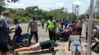Wisatawan asing dihukum push up gara-gara tak bermasker saat berkendara, di Lombok Tengah, NTB. (Foto: Liputan6.com/Hans Bahanan)
