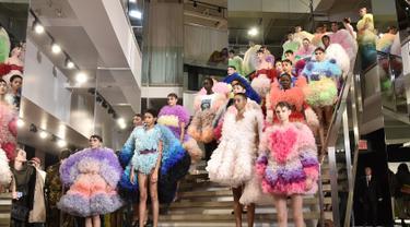 Para model berpose di runway mengenakan koleksi busana rancangan desainer Jepang, Tomo Koizumi  selama New York Fashion Week di Marc Jacobs Madison, 8 Februari 2019. Koizumi menampilkan parade gaun awan berwarna pelangi. (Steven Ferdman/Getty Images/AFP)