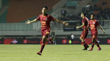 Striker Borneo FC, M Amarullah, merayakan gol yang dicetaknya ke gawang Tira Persikabo pada laga Shopee Liga 1 di Stadion Pakansari, Bogor, Minggu (1/9). Borneo tahan imbang 2-2 Tira Persikabo. (Bola.com/Yoppy Renato)