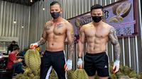 Instruktur gym yang banting setir jualan duran di masa pandemi corona COVID-19. (dok. Facebook.com/Bsamfruit)