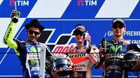 Sang juara, Dani Pedrosa, diapit Valentino Rossi (kiri) dan Jorge Lorenzo yang berada di peringkat kedua dan ketiga MotoGP San Marino di Sirkuit Misano, Minggu (11/9/2016). (AFP/Giuseppe Cacace))