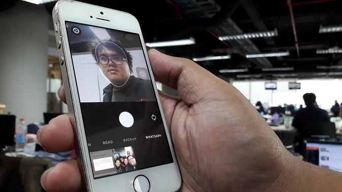 Ilustrasi: penggunaan aplikasi FaceApp untuk keperluan mengedit foto