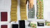 Sejumlah barang bukti kasus pemalsuan, pencurian data elektronik, dan tindak pidana pencucian uang ditampilkan di Polda Metro Jaya, Jakarta, Senin (18/12). (Liputan6.com/Immanuel Antonius)