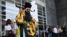 Seorang pria berpakaian khas budaya China ala Hakim Bao melakukan ritual saat sidang lanjutan kasus Jessica di PN Jakarta Pusat, Rabu (10/8).Pria itu berharap agar kasus kopi maut tersebut  segera terselesaikan dengan adil. (Liputan6.com/Helmi Afandi)
