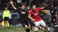 Bek Manchester United, Victor Lindelof, berebut bola dengan bek AZ Alkmaar, Ron Vlaar, pada laga Liga Europa di Stadion ADO, The Hague, Kamis (3/10). Kedua klub bermain imbang 0-0. (AFP/John Thys)