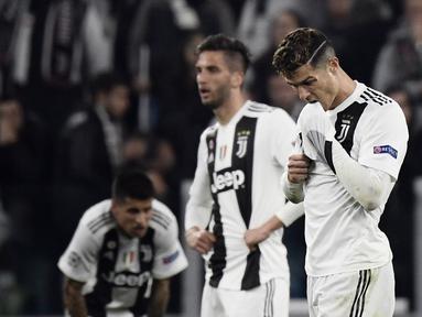 Ekspresi Cristano Ronaldo usai gagal bawa Juventus ke Semifinal kemenangan pada leg kedua laga perempat final Liga Champions yang berlangsung di Stadon Allianz, Turin, Rabu (17/4). Juventus kalah 1-2 Kontra Ajax. (AFP/Filippo Monteforte)