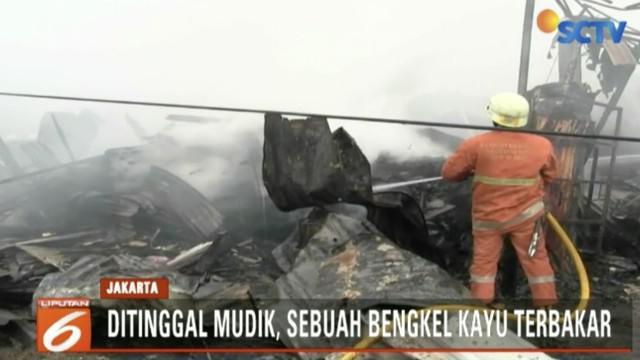 Lima belas bangunan ditinggal mudik oleh pemiliknya di Joglo, Kembangan, Jakarta Barat hangus terbakar. Diduga kebakaran dipicu oleh konsleting listrik dari salah satu bangunan.