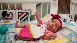 Charlotte Brewer, Athena yang berusia dua bulan mengenakan kostum cupcake saat menjalani perawatan di NICU sebuah rumah sakit di Texas, Rabu (30/10/2019). Pihak RS memakaikan kostum pada bayi-bayi prematur untuk merayakan Halloween pertama mereka. (Sarah A. Miller/Tyler Morning Telegraph via AP)