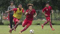Pemain Persija Jakarta, Ramdani Lestaluhu, berebut dengan Asri Akbar, saat latihan di Lapangan Sutasoma Halim, Jakarta, Sabtu (3/3/2018). Latihan ini digelar sebelum berangkat ke Vietnam untuk melawan SLNA pada Piala AFC. (Bola.com/Asprilla Dwi Adha)