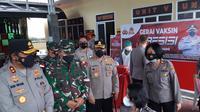 Kapolda Sulut Irjen Pol Nana Sudjana bersama Danrem 131/Santiago Brigjen TNI Prince Meyer Putong meninjau Gerai Vaksin Presisi di Manado tersebut.