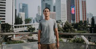Daniel Mananta, salah satu artis yang juga pebisnis. Sudah lama Danie menekuni usahanya di bidang fashion. Brand terkenal 'Damn I Love Indonesia' adalah miliknya. Berikut adalah cara Daniel mempertahankan bisnisnya di tengah pandemi sekarang ini. (Instagram/vjdaniel)