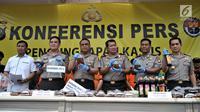 Wakapolri Komjen Pol Syafruddin (tiga kiri) bersama jajaran kepolisian menunjukkan barang bukti minuman keras atau miras oplosan di Mapolres Jakarta Selatan, Rabu (11/4). Kasus ini menewaskan 31 orang dan 11 lainnya rawat inap. (Merdeka.com/Iqbal Nugroho)