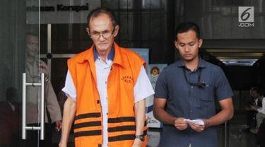 Mantan anggota DPRD Sumatera Utara Elezaro Duha dikawal petugas usai menjalani pemeriksaan digedung KPK, Jakarta, Selasa (21/8). (merdeka.com/Dwi Narwoko)