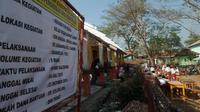 Hari pertama masuk sekolah, siswa SDN Bungurjaya di Subang terpaksa belajar di halaman lantaran gedung sekolah ambruk. (Liputan6.com/ Abramena)