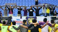 Skuat Persik selebrasi bersama suporter setelah mengalahkan Persita 1-0 di Stadion Gelora Sriwijaya, Jakabaring, dalam laga 8 besar Liga 2 2019 (14/11/2019). (Bola.com/Gatot Susetyo)