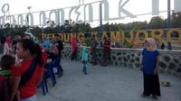 Bendungan Kamijoro menjadi pembatas antara Bantul dan Kulonprogo dan mulai hits bagi wisatawan. Selain sebagai pengairan juga menjadi tempat wisata.