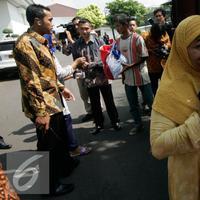 Warga membawa semboko dari Presiden Jokowi saat open house di Istana Kepresidenan Gedung Agung, Yogyakarta, Sabtu (9/7). Open House ini diikuti oleh ribuan masyarakat yang berada di Yogyakarta. (Liputan6.com/Boy Harjanto)