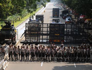 20170501-Jalan Medan Merdeka Barat Ditutup, Massa Buruh Tertahan-Tebe