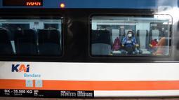 Penumpang Kereta Bandara Premium menanti keberangkatan di Stasiun Manggarai, Jakarta, Sabtu (3/4/2021). Harga tiket Kereta Bandara Premium dibanderol dengan harga mulai dari Rp 5 ribu sampai Rp 30 ribu. (merdeka.com/Imam Buhori)